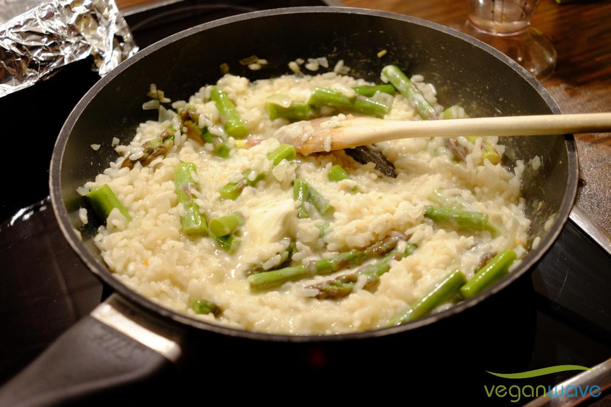 Veganes Risotto mit grünem Spargel ganz cremig