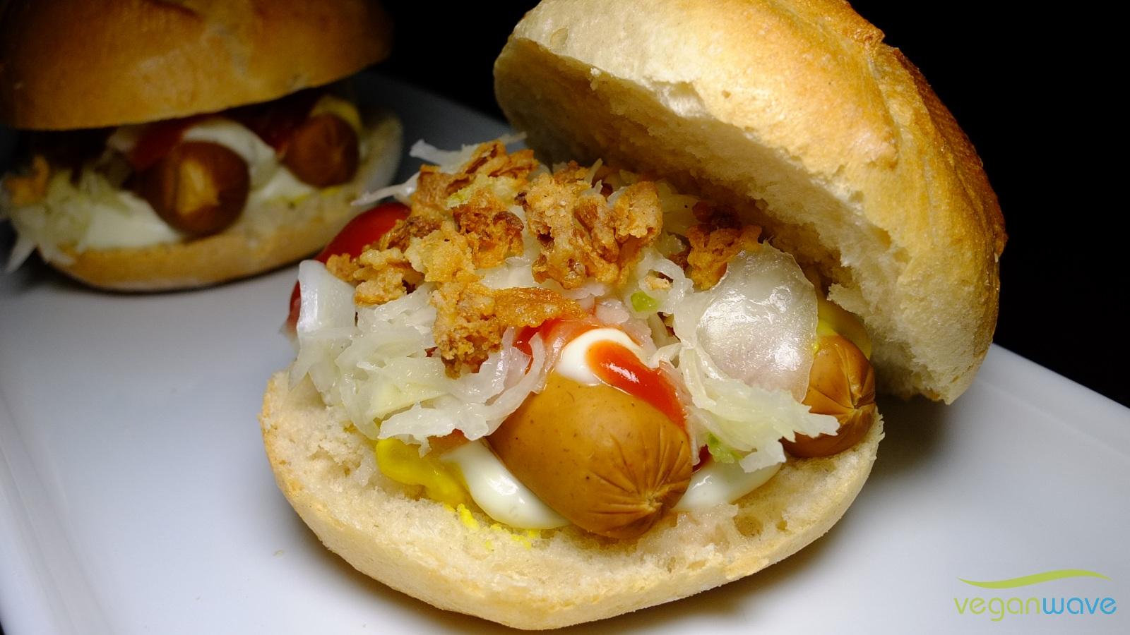 Hot Dog mit Krautsalat und Röstzwiebeln