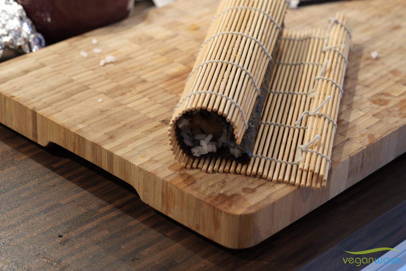Ggf. noch mal mit der Bambusmatte nachjustieren und die Rolle damit formen und ihr Festigkeit geben