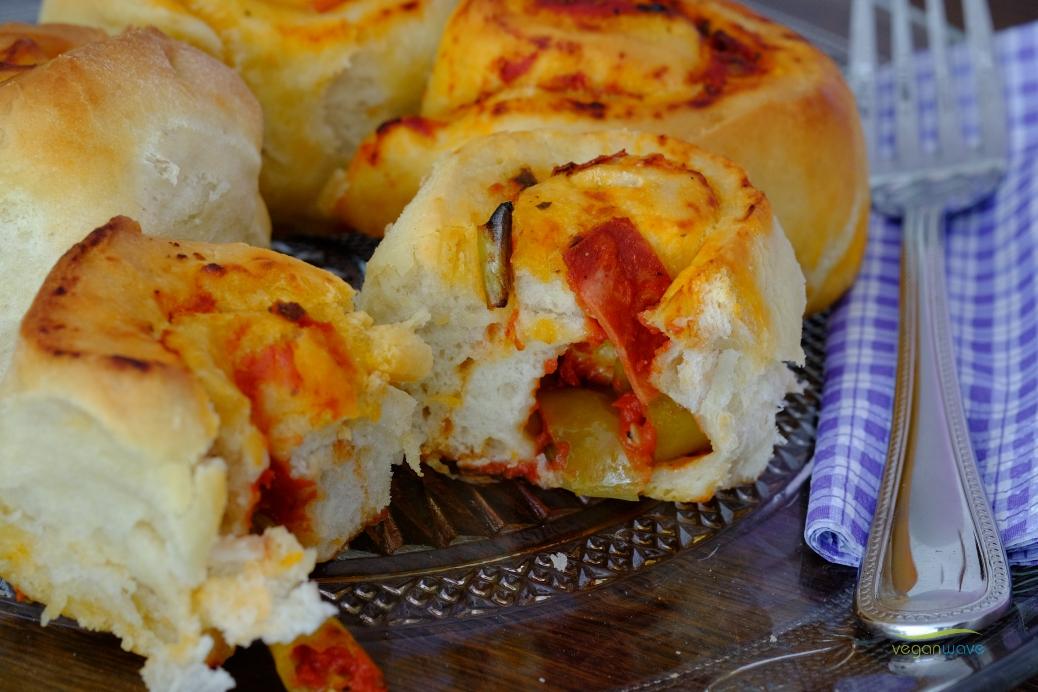Vegane fluffige gefüllte Pizzabrötchen