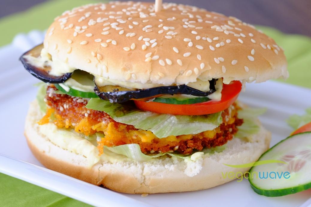 Veganer Süßkartoffel-Kichererbsen Burger mit Curry Mayo